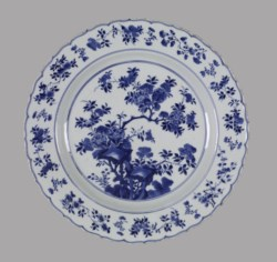 WALTERS: Chinese: Plate with Foliate Rim 1662